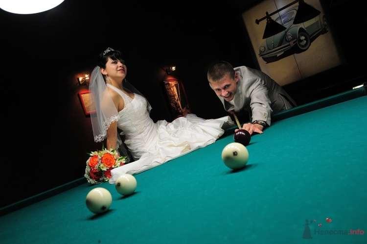 Жених и невеста играют в бильярд - фото 48237 Евгения2009