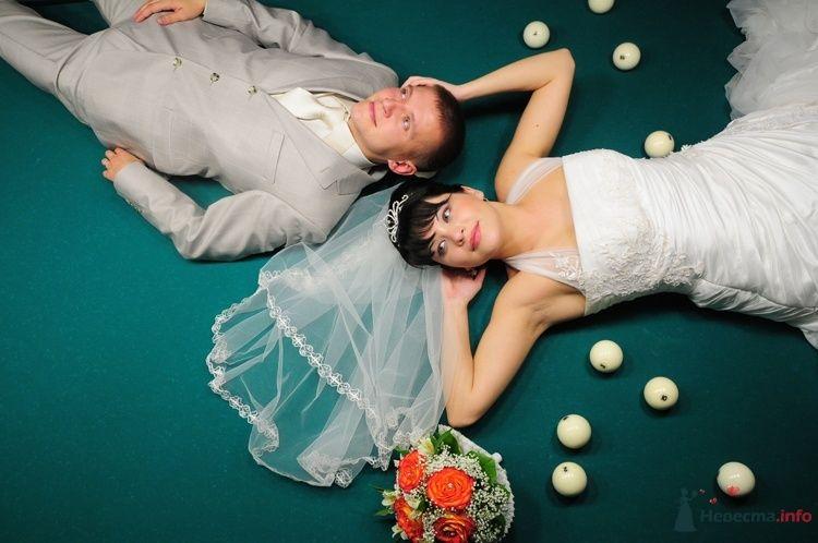 Жених и невеста лежат на бильярдном столе - фото 48239 Евгения2009