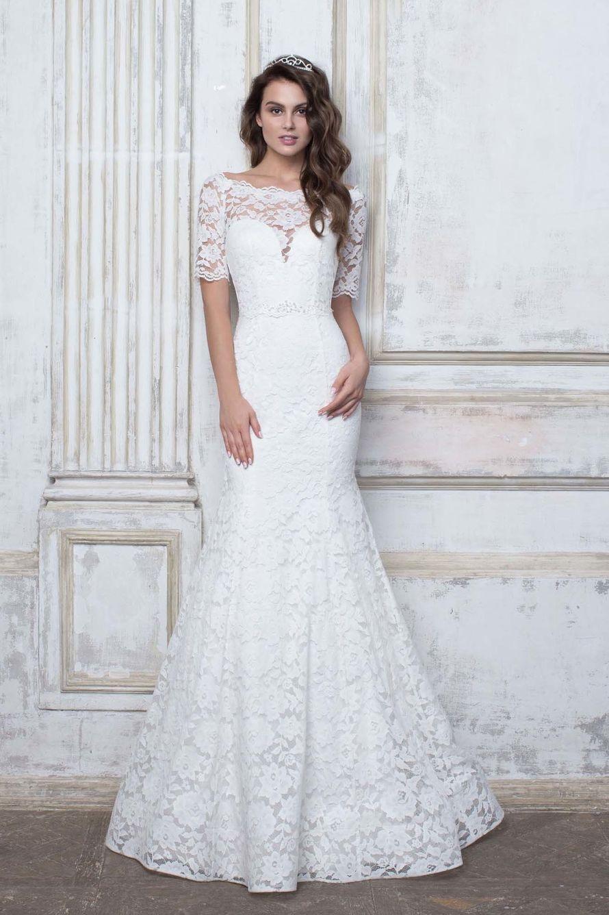 Очень эффектное белоснежное свадебное платье выполнено из эластичного кружева с обезоруживающими линиями силуэта «годе».  Небольшие прозрачные рукавчики, красивый вырез на спинке  и небольшой шлейф дополнят образ.  Подробности тут:  - фото 16777784 Свадебный салон Edler Weiss