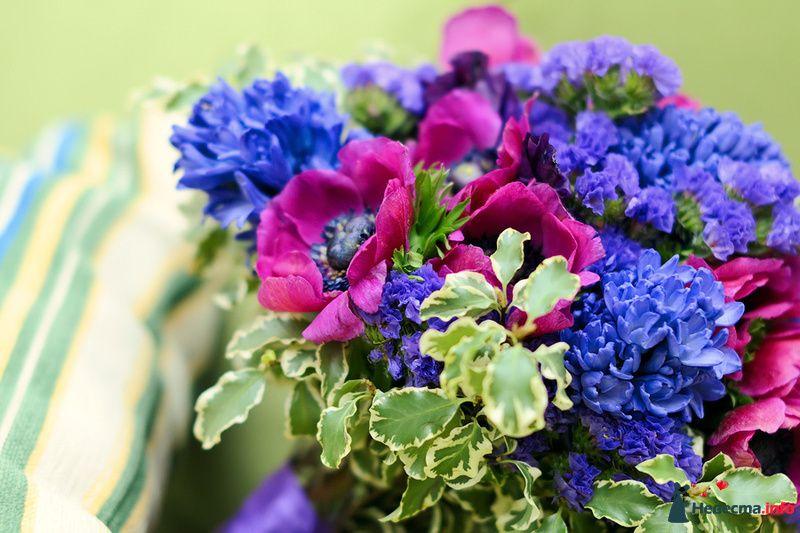 Букет из розовых анемонов, синих лимониумов и хризантем - фото 116842 коshечка