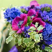 Букет из розовых анемонов, синих лимониумов и хризантем