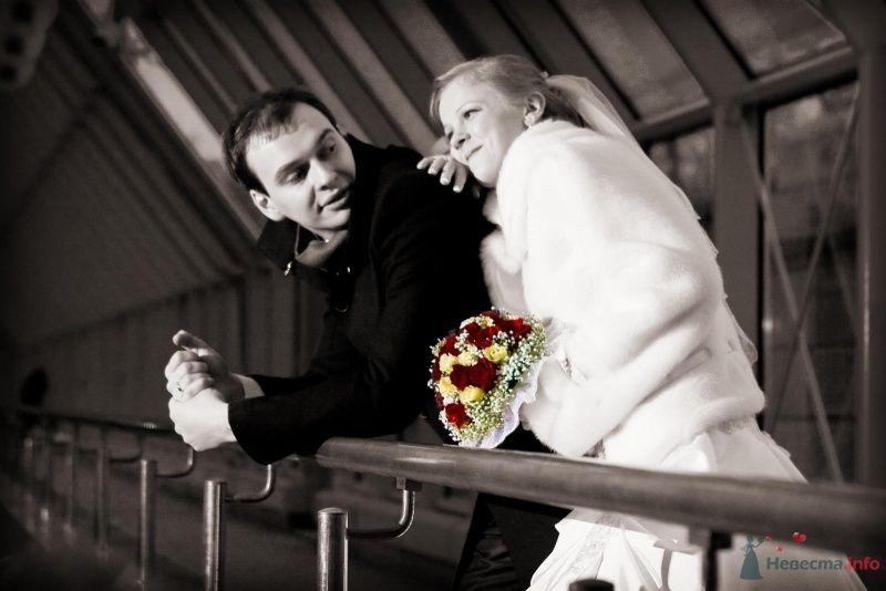 Жених и невеста стоят, прислонившись друг к другу, в деревянном домике - фото 59558 Невеста01