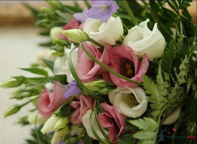 Букет невесты из сиреневых колокольчиков, белых и розовых эустом, дополненный зеленью  - фото 51552 Лися