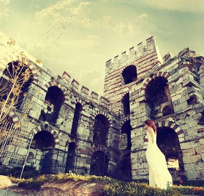 Невеста в белом длинном платье стоит возле старого здания - фото 25535 AngeLady