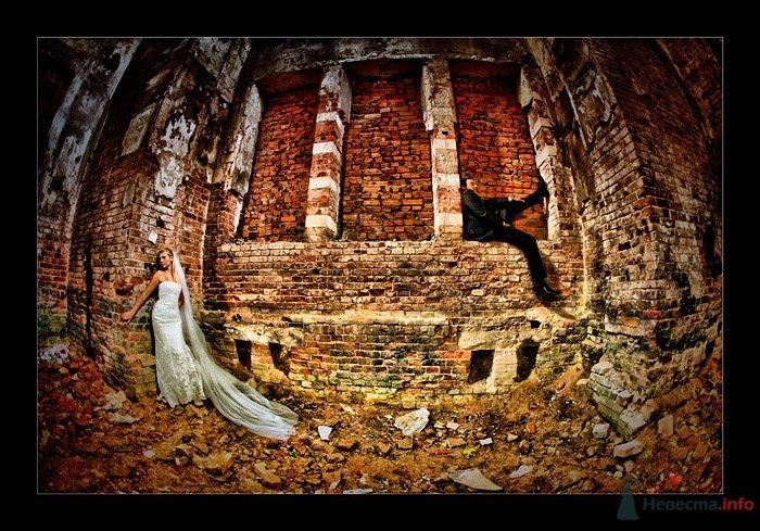Жених и невеста стоят у развалин старого кирпичного дома - фото 25536 AngeLady