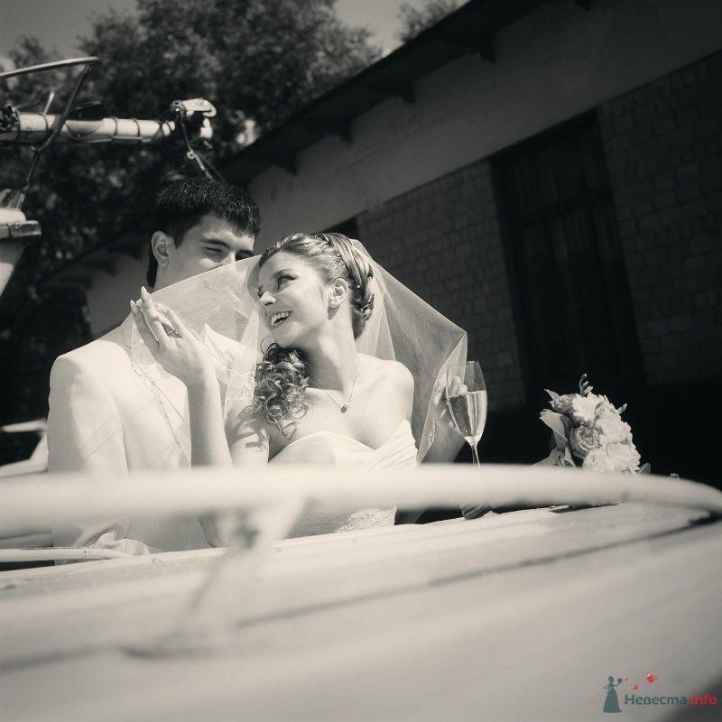Жених и невеста стоят, прислонившись друг к другу, на фоне маленького дома - фото 52978 AngeLady
