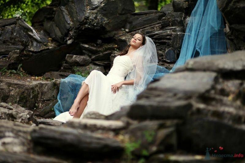 Невеста в белом длинном платье сидит на камнях в лесу - фото 53002 AngeLady
