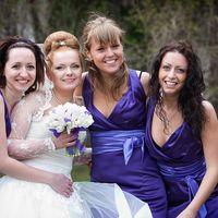 Невесту обнимают подружки в лиловом