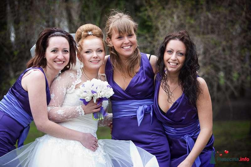 Невесту обнимают подружки в лиловом   - фото 126712 Holya