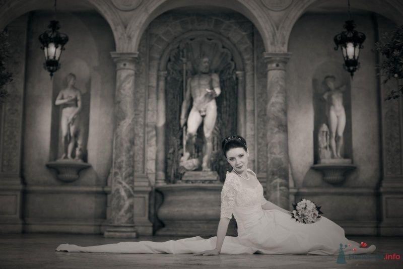 Невеста в белом длинном платье сиди посреди комнаты - фото 44634 ларина т