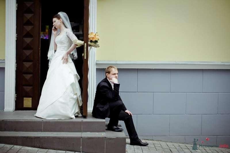 Невеста выходит из дома, рядом на ступеньках сидит жених - фото 53713 ларина т