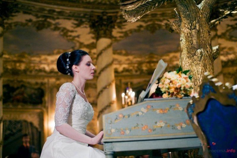 Нежный свадебный образ невесты подчеркнут прической на длинные - фото 53722 ларина т