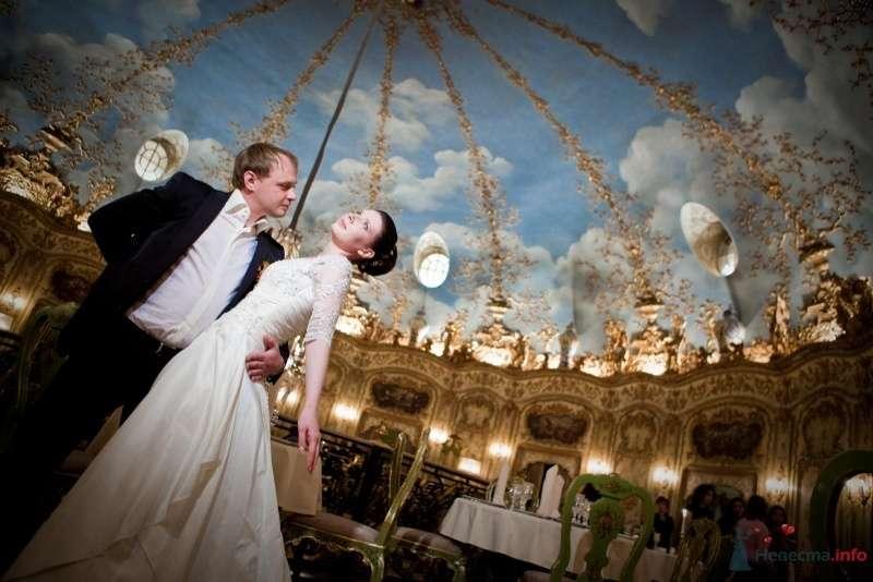 Жених и невеста стоят, прислонившись друг к другу, в ресторане - фото 53732 ларина т