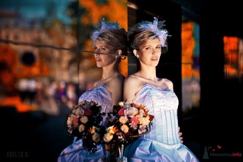 Невеста в белом длинном платье стоит у стены здания - фото 39254 Kamelot