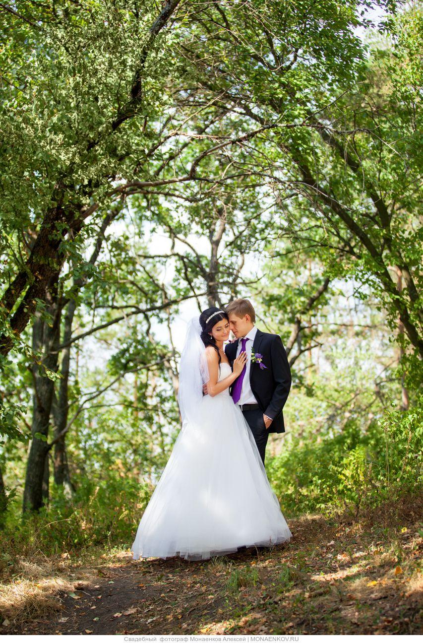 Жених и невеста, прислонившись друг к другу, стоят в лесу между деревьями - фото 3553315 Фотограф Монаенков Алексей