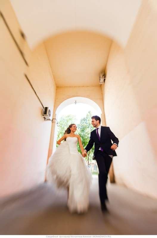 Жених и невеста, держась за руки, идут в тоннеле  - фото 3553323 Фотограф Монаенков Алексей
