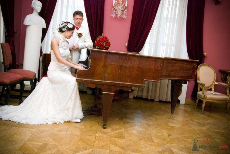 Жених и невеста возле рояля, на котором лежит букет красных роз - фото 48761 katsonya
