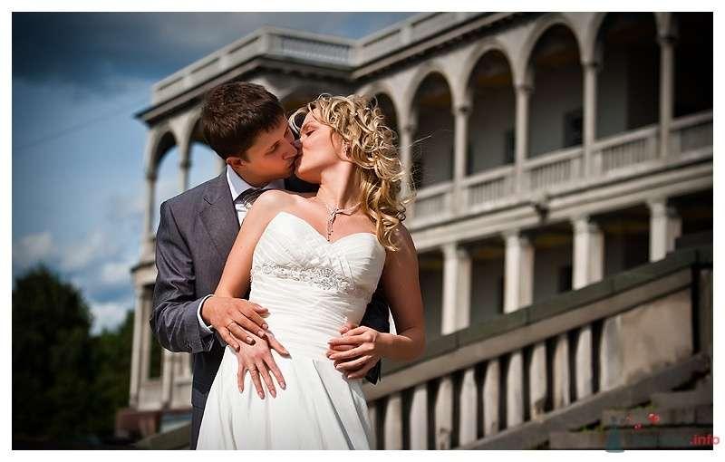 Жених и невеста целуются на фоне здания - фото 39875 Gennadiy