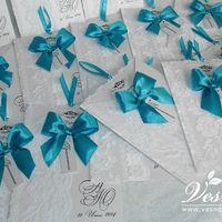 Приглашения «Морской бриз» Конверт выполнен из дизайнерской перламутровой бумаги белого цвета. На конверте напечатаны имена молодоженов и дата свадьбы. Карточка-вкладка выполнена из этой же бумаги, что и конверт, имеет внешний ажурный край.