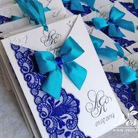 Приглашения «Бирюза и сапфир» Конверт выполнен из дизайнерской перламутровой бумаги белого цвета. На конверте напечатаны инициалы молодоженов и дата свадьбы.  Карточка-вкладка выполнена из этой же бумаги, что и конверт, имеет ажурные уголки.