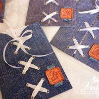 Приглашения «Джинса» Конверт выполнен из плотной бумаги. На конверте имитация джинсовой ткани, шнуровка и бирка «под кожу» с инициалами молодоженов и датой свадьбы. Карточка-вкладка выполнена из толстой бумаги.