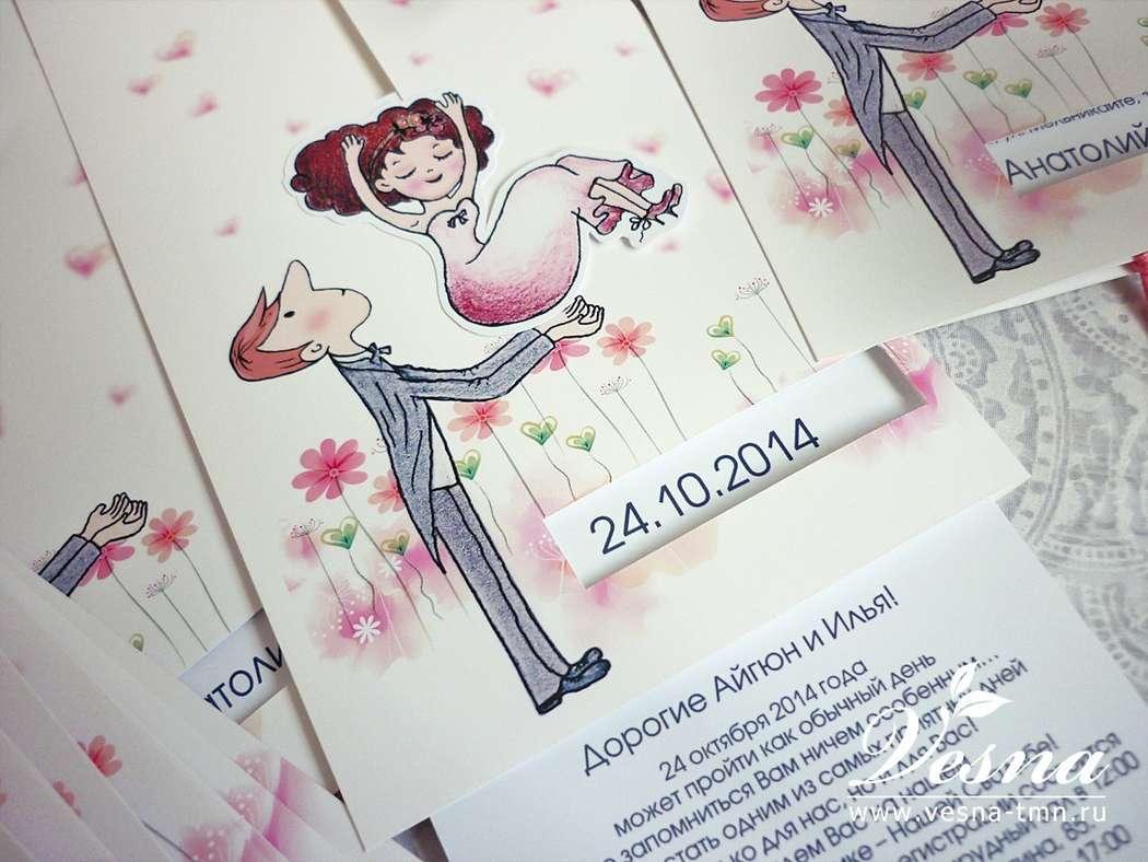 Приглашения «Жених и Невеста» На конверте напечатан рисунок в стиль свадьбы и жених, имеется окошечко под имена молодоженов и дату свадьбы.  Невеста связана со вкладкой. Если потянуть вкладку за хвостики из ленты, то невеста падает жениху на руки. - фото 10516078 Vesna-Art - аксессуары для свадьбы