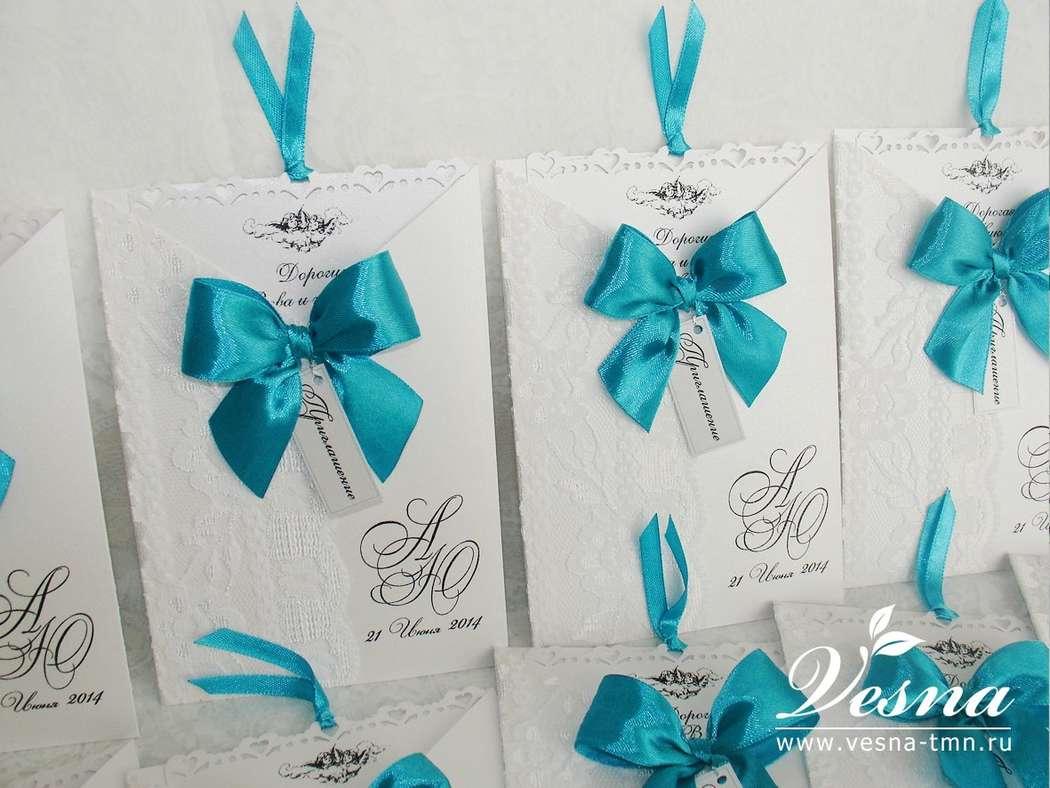 Приглашения «Морской бриз» Конверт выполнен из дизайнерской перламутровой бумаги белого цвета. На конверте напечатаны имена молодоженов и дата свадьбы. Карточка-вкладка выполнена из этой же бумаги, что и конверт, имеет внешний ажурный край. - фото 10516110 Vesna-Art - аксессуары для свадьбы