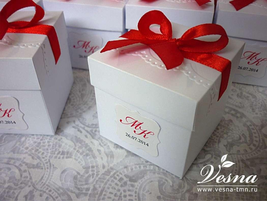Бонбоньерка «Рафаэлло» Бонбоньерка - коробочка с крышечкой для сладкого подарка гостям из белого матового картона.  Декор: ажурное тиснение на крышечке, неизменный атрибут стиля «Рафаэлло» - красная ленточка, бирка с инициалами. - фото 10532468 Vesna-Art - аксессуары для свадьбы