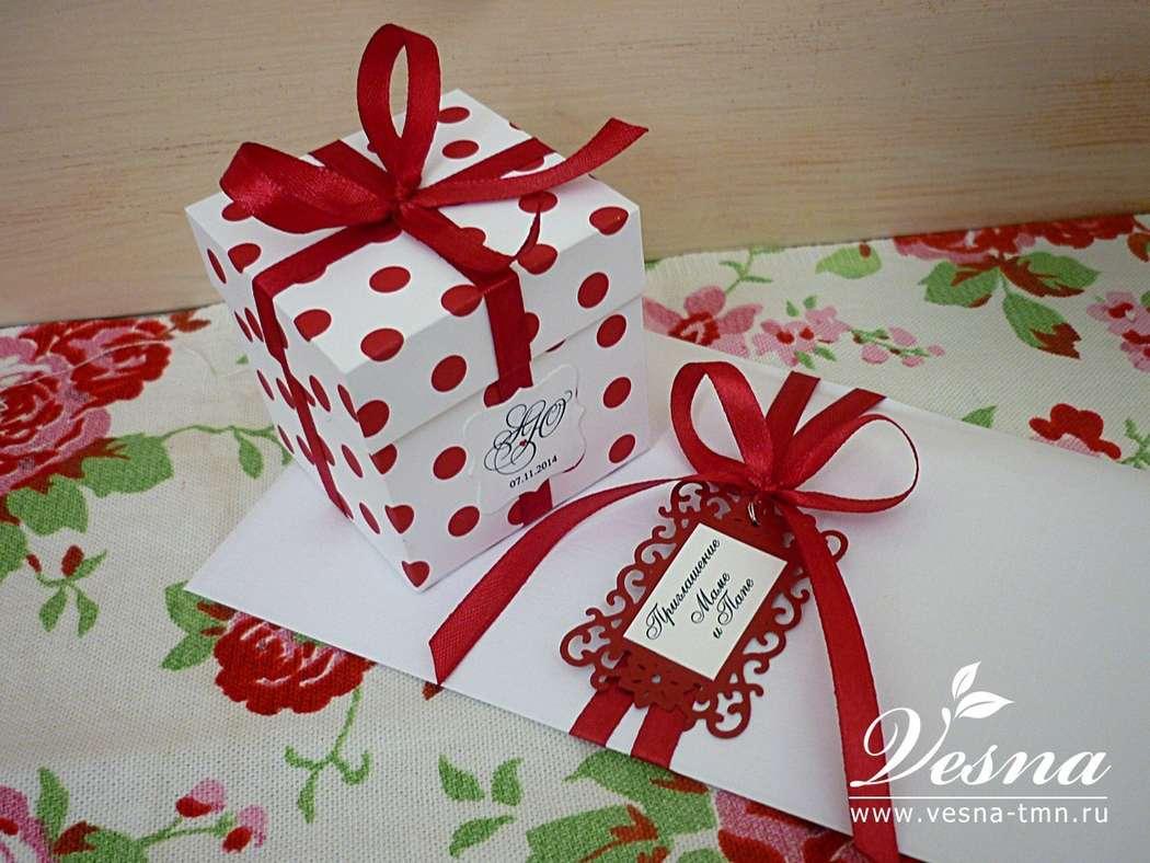 Бонбоньерка «В горошек» Бонбоньерка в форме коробочки с отдельной крышечкой для сладкого подарка гостям на свадьбе выполнена из картона.  Декор: атласная  бордовая ленточка, бирочка с инициалами и датой торжества. Размер: 4х4х4 см. - фото 10532470 Vesna-Art - аксессуары для свадьбы