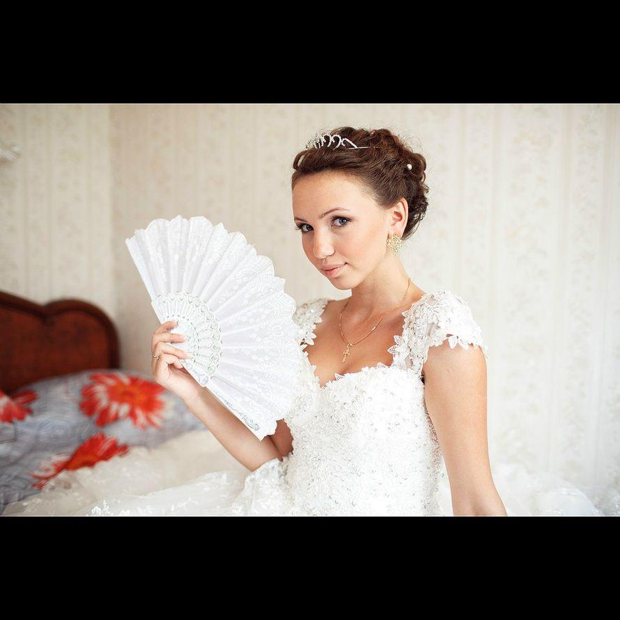 Романтический образ невесты выражен в прическе из длинных локонов собранных в пучок на затылке, украшена пружинами и диадемой в - фото 2679347 Фотограф Дмитрий Панкратов