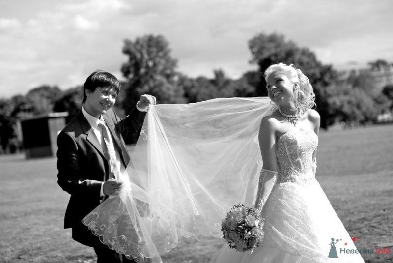 На лужайке жених поправляет фату невесты - фото 42074 Тоська