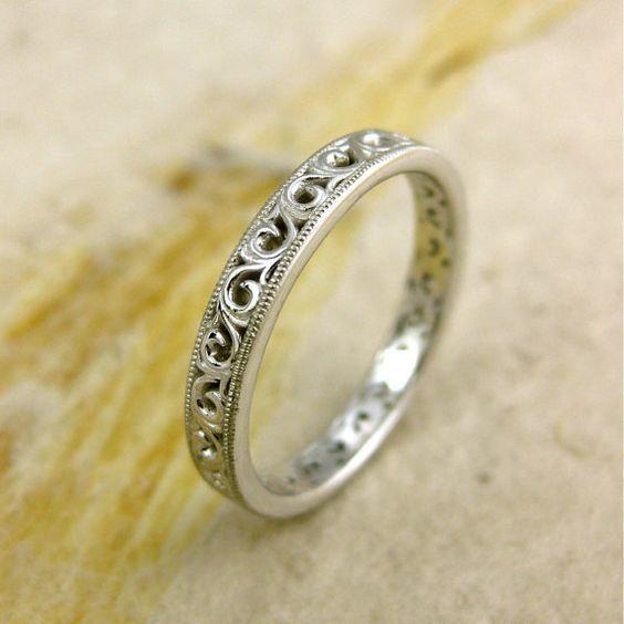 Обручальное кольцо с отделкой
