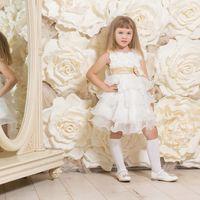Детское белое платье с бежевым поясом. Очень красивое платье с завышенной талией для девочки 3-5 лет (на рост 105-116см) . Лиф платья из ткани ,которая напоминает лепестки роз.Юбка пышная, многоярусная, из огранзы. Отделка из бежевого пояса. Стоимость про