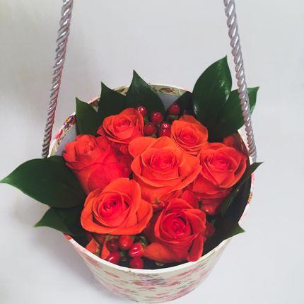 Букет с алыми розами в подарочной коробке