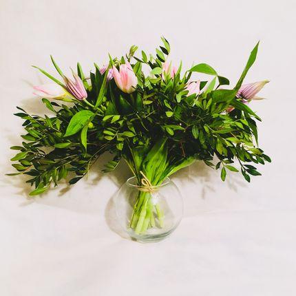 Букет-веер из тюльпанов, клематисов и гиперикума