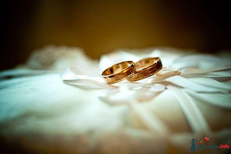 Золотые обручальные кольца, выполненные в классическом стиле, на фоне белой ткани. - фото 115523 Фотограф Юлия Камран