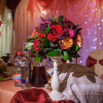 Композиция из живых цветов на стол гостей