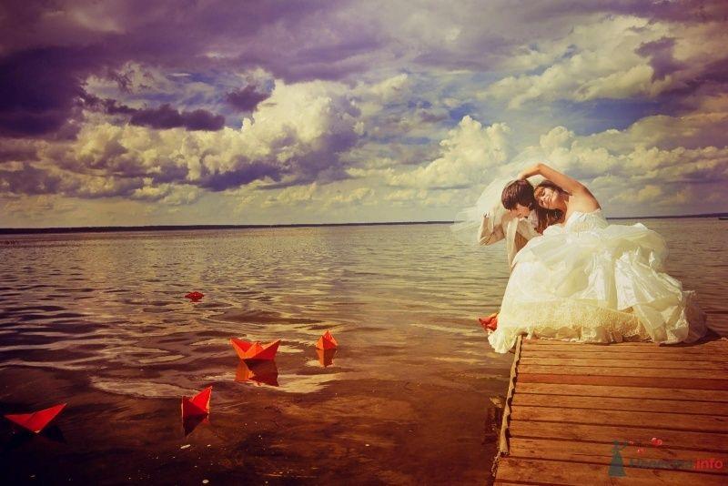 Жених и невеста сидят, прислонившись друг к другу, на пирсе - фото 58026 yanechka