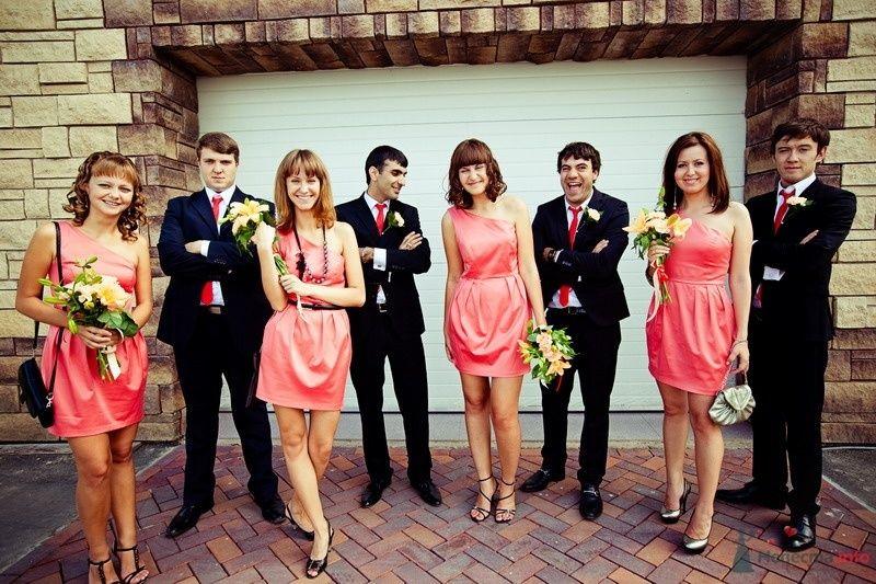 Друзья в черных костюмах, с бутоньерками,  красными галстуками и подружки в одинаковых коротких розовых платьях, присборенных на - фото 61912 yanechka