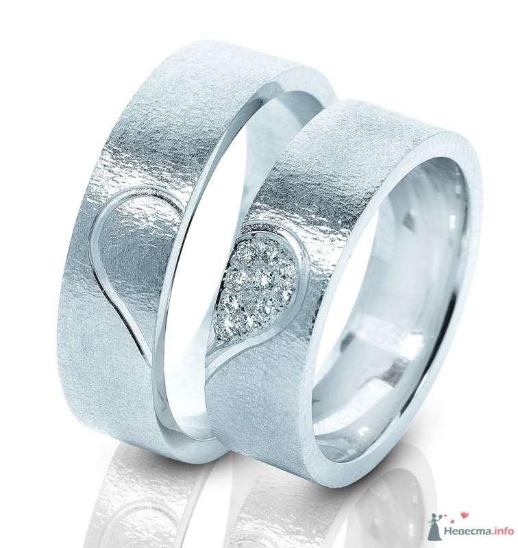 Обручальные кольца из белого золота с рисунком половиной сердец, на белом фоне. - фото 48191 Мальта Кано