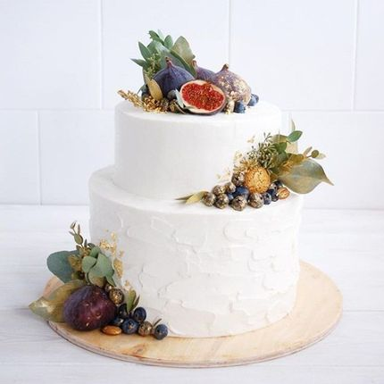 Многоярусный свадебный торт с ягодами