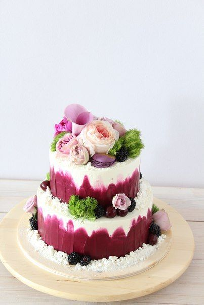 Свадебный торт с живыми цветами и макарони