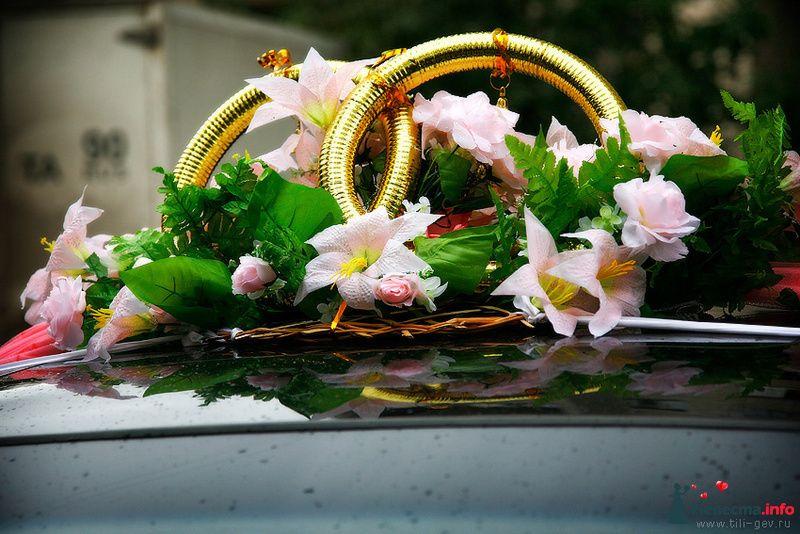 Стойка из колец в розовых лилиях - украшение на крышу свадебного авто.  - фото 91540 Фотографы Тили и Гев