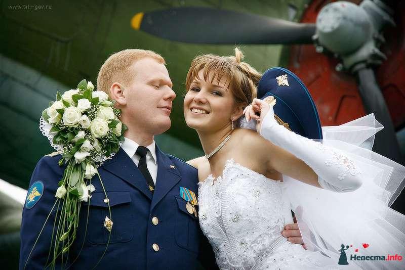 Жених и невеста стоят, прислонившись друг к другу, у нее в руках фуражка - фото 91548 Фотографы Тили и Гев