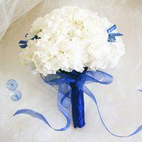 букет невесты из гвоздик в бело-голубых тонах