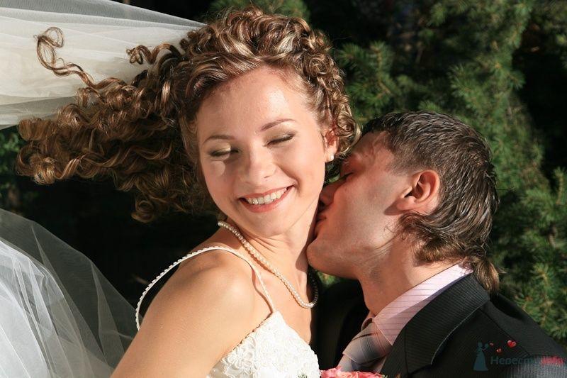 Жених целует невесту на фоне сосны - фото 49302 Невеста01