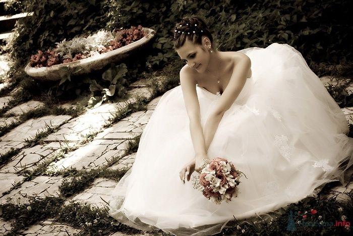 Невеста в длинном белом платье сидит в лесу - фото 49532 Невеста01