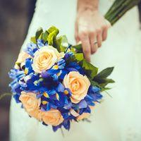 Букет невесты из оранжевых роз и голубых ирисов