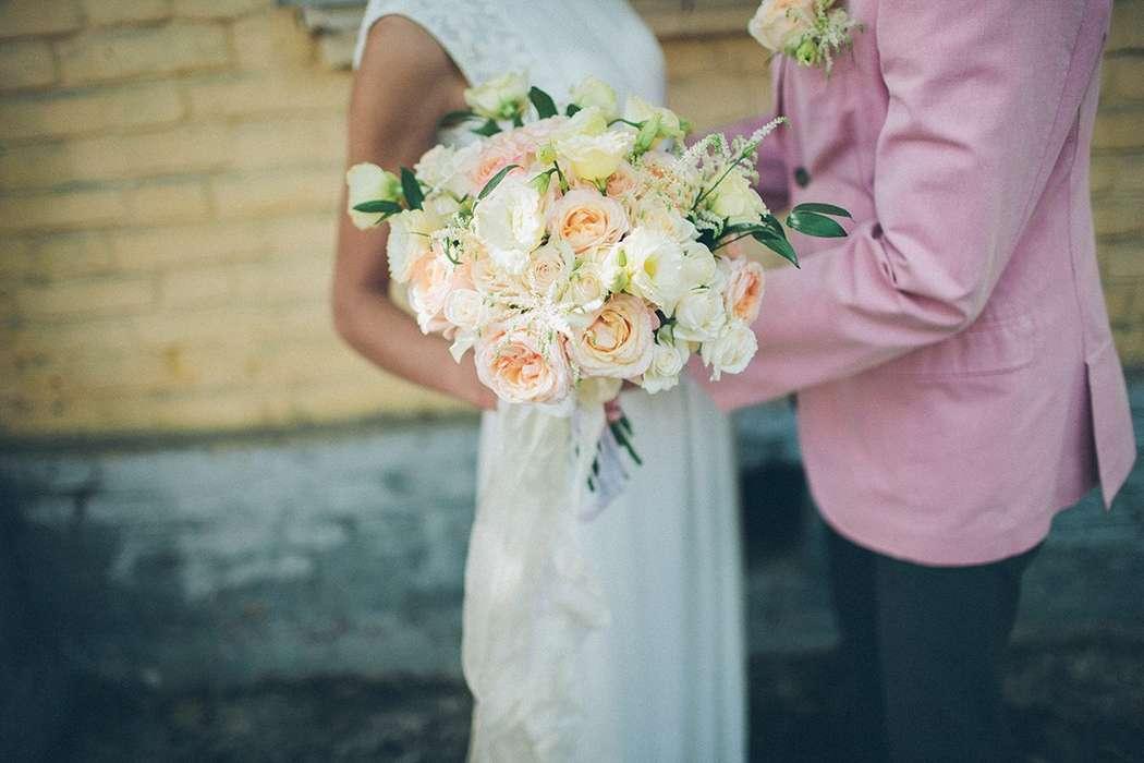 Букет невесты и бутоньерка из белых эустом и астильбы, зелени, белых и нежно-розовых роз, декорированный белым кружевом  - фото 3079107 Flower Rivers - мастерская цветов и декора