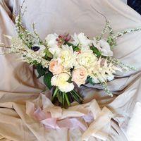 Букет невесты с шелковыми лентами для съемки в цветущих садах  (пионовидные розы, пионы, георгины, анемоны, спирея, астильба)